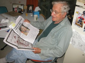 Noam Chomsky läser Nya Upplagan hemma vid köksbordet